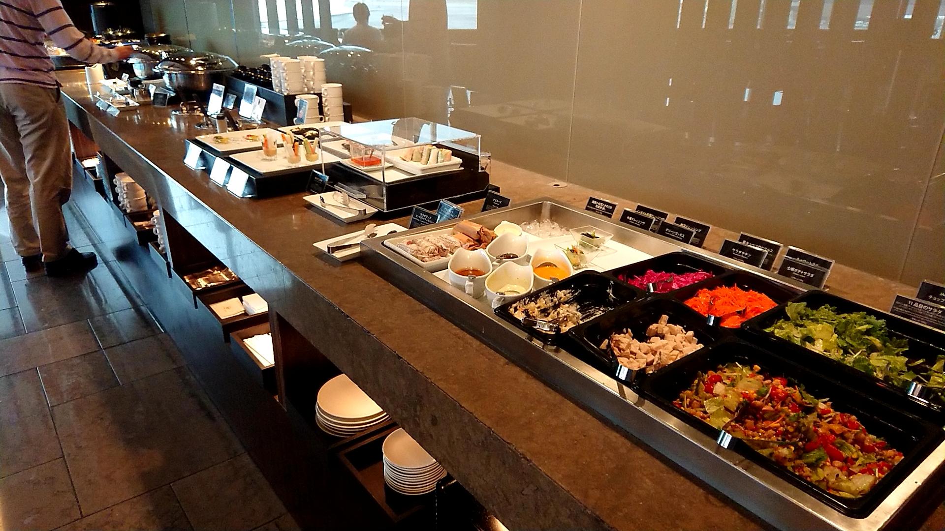成田空港ファーストクラスラウンジの食事コーナー