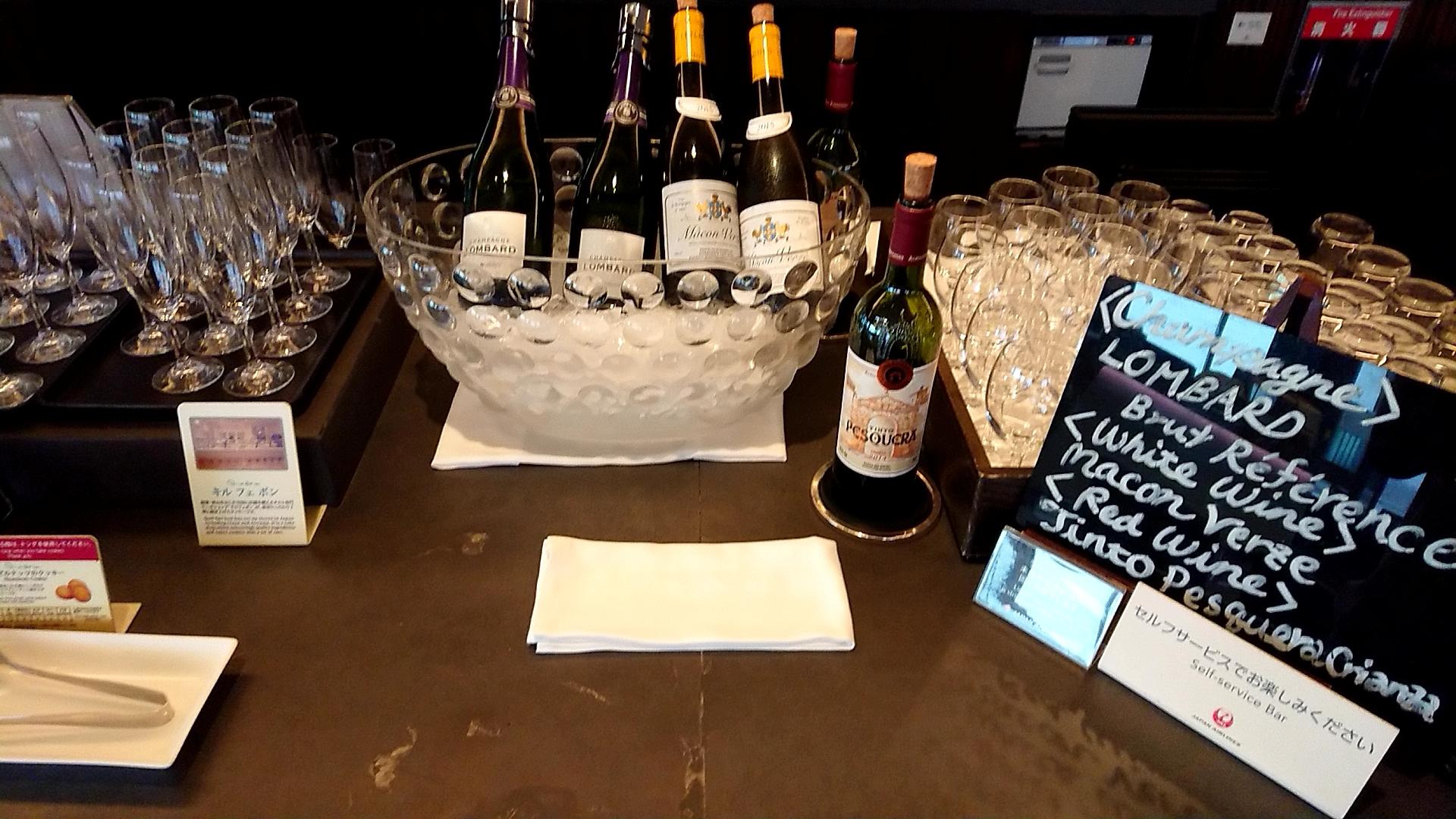 成田空港ファーストクラスラウンジのワインコーナー