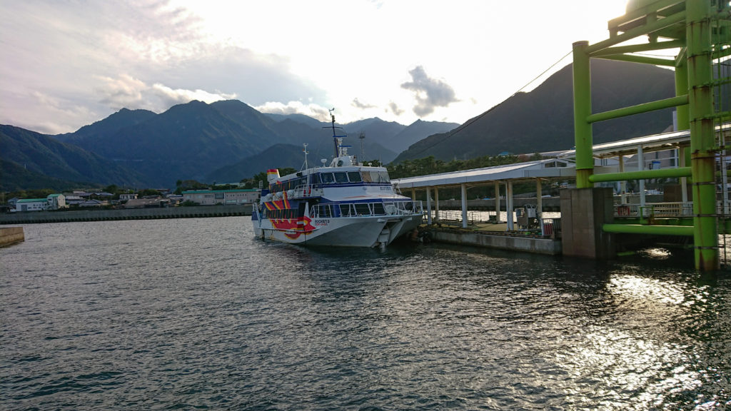 宮之浦港に泊まる高速船