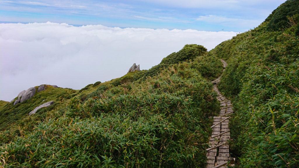 宮之浦岳山頂からの下り道