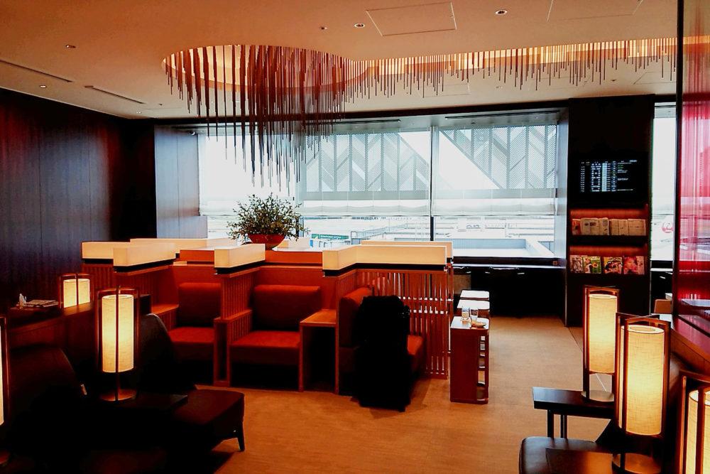 伊丹空港ダイヤモンド・プレミアラウンジの赤を基調にした内装