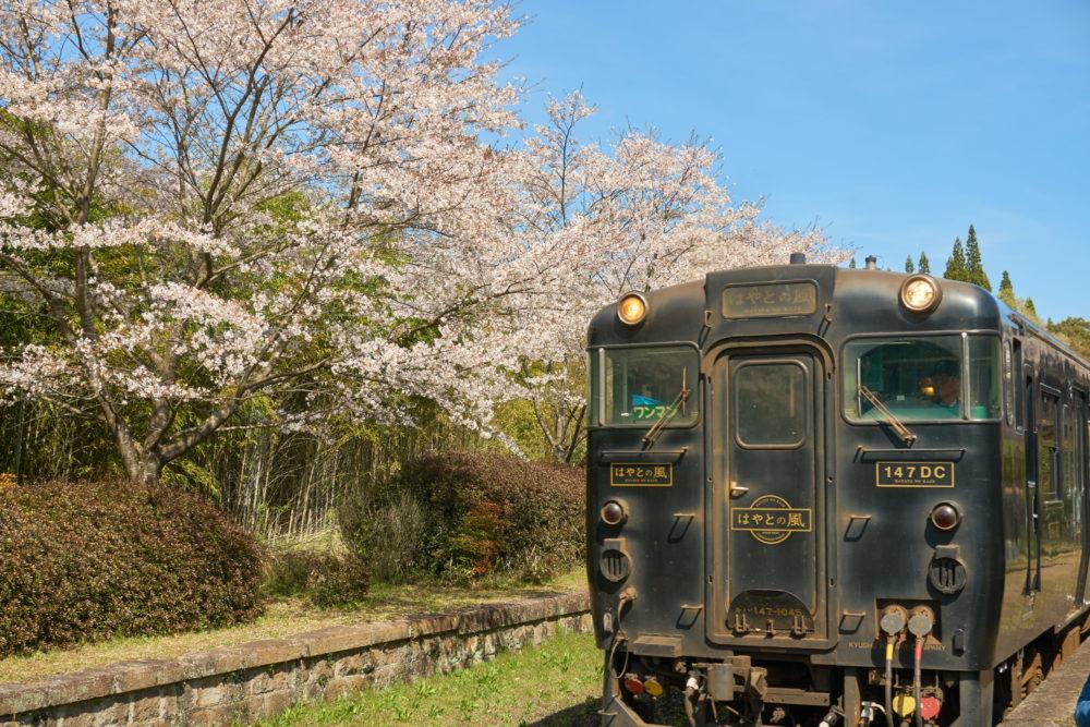鹿児島県にある嘉例川駅を出発するはやとの風
