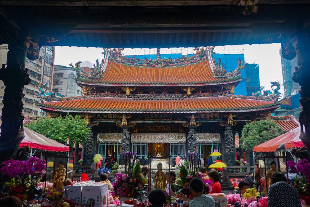台湾にある龍山寺の前殿