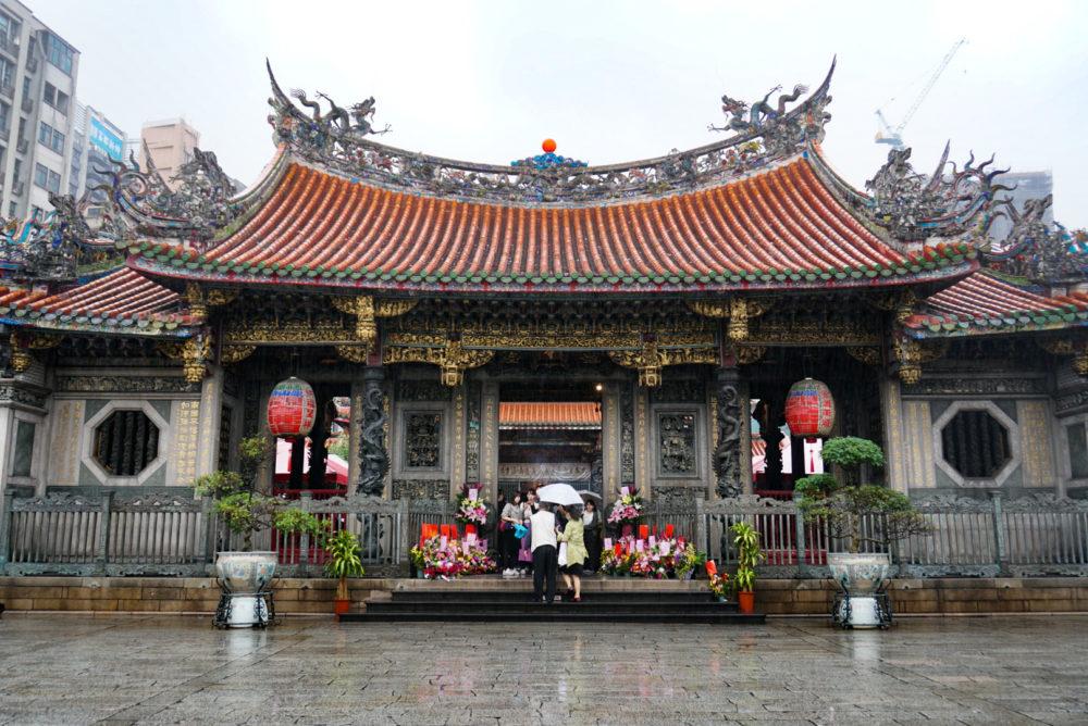 台湾にある龍山寺の前門