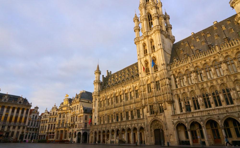 朝焼けのベルギーグランプラスの市庁舎