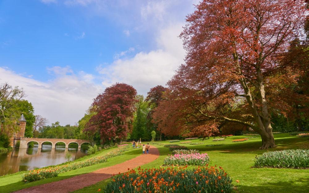 ベルギーにあるグロートベイハールデン城の広い庭