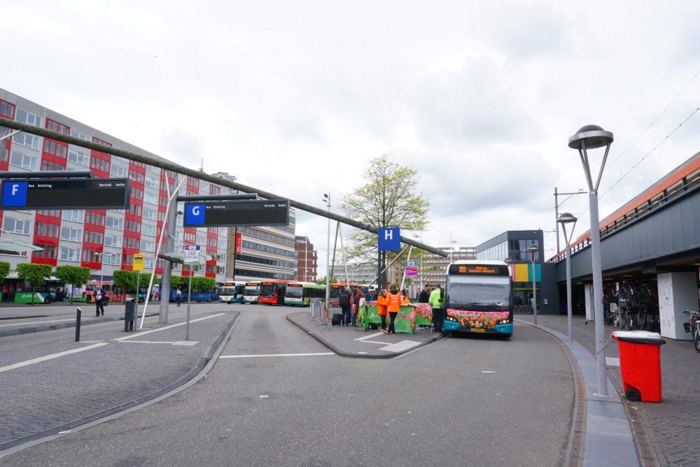 オランダライデン中央駅のキューケンホフ公園行きバス乗り場