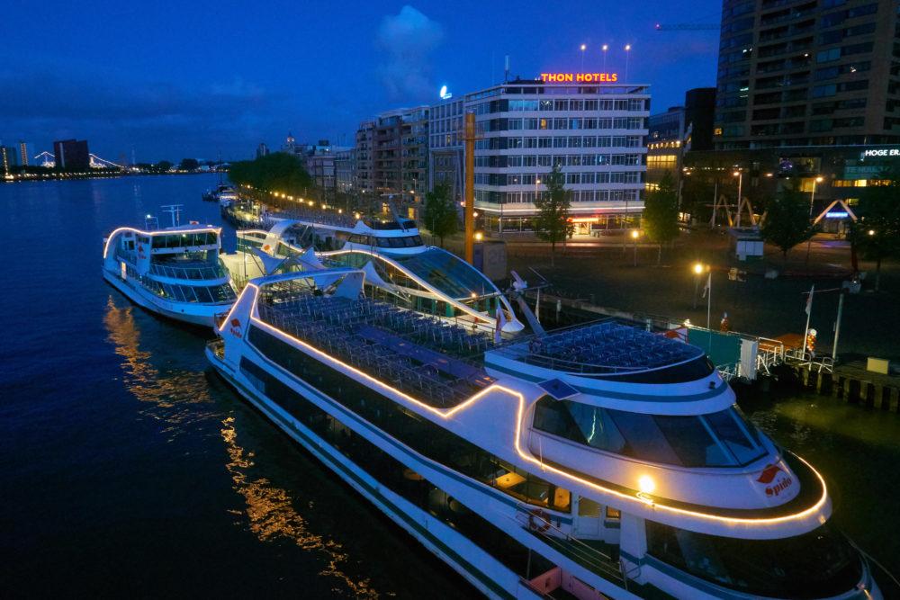 オランダのロッテルダムにあるエラスムス橋付近に泊まる船