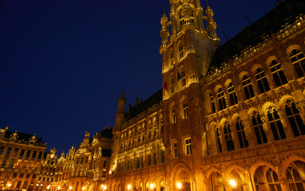 ライトアップされたベルギーグランプラスの市庁舎近景