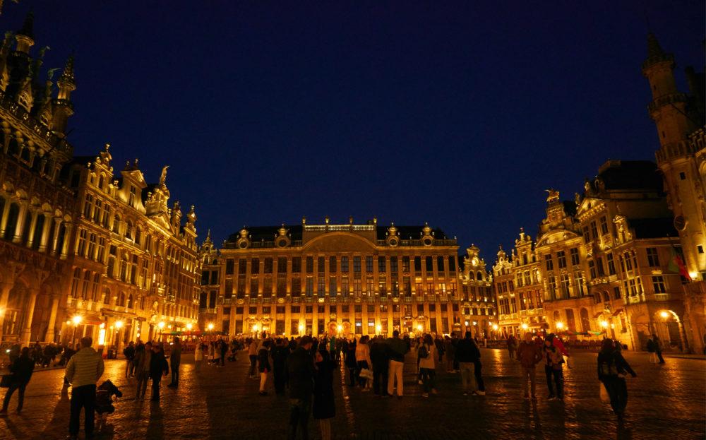 ライトアップされたベルギーグランプラスに集まる観光客