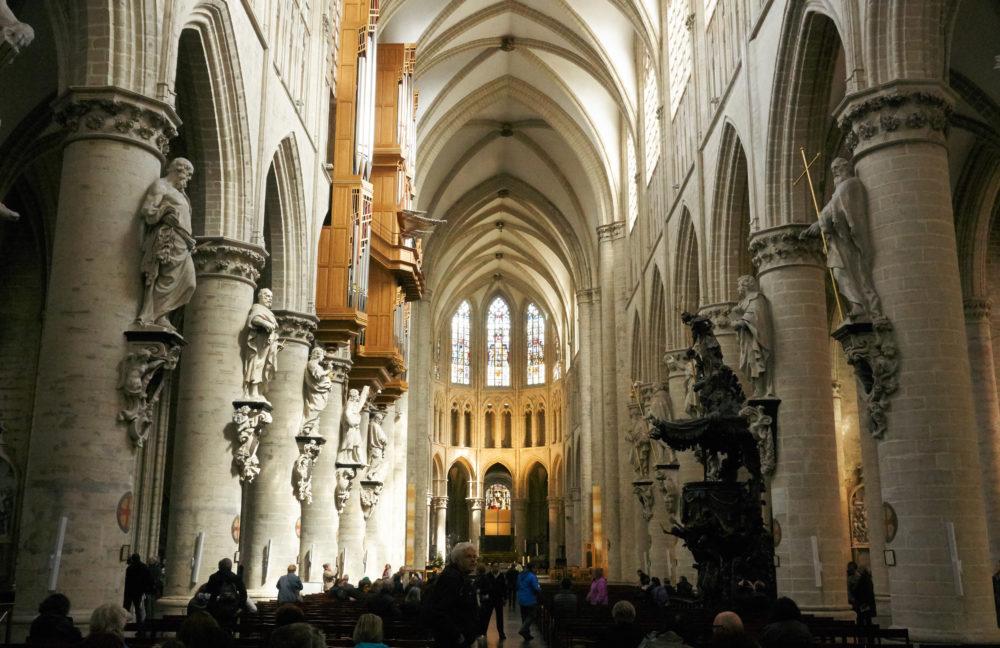 広角で撮影した大聖堂の内部