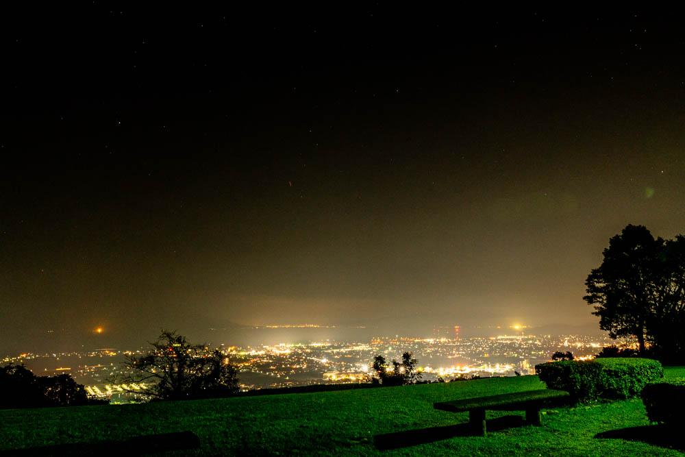 城山公園の夜景をベンチから