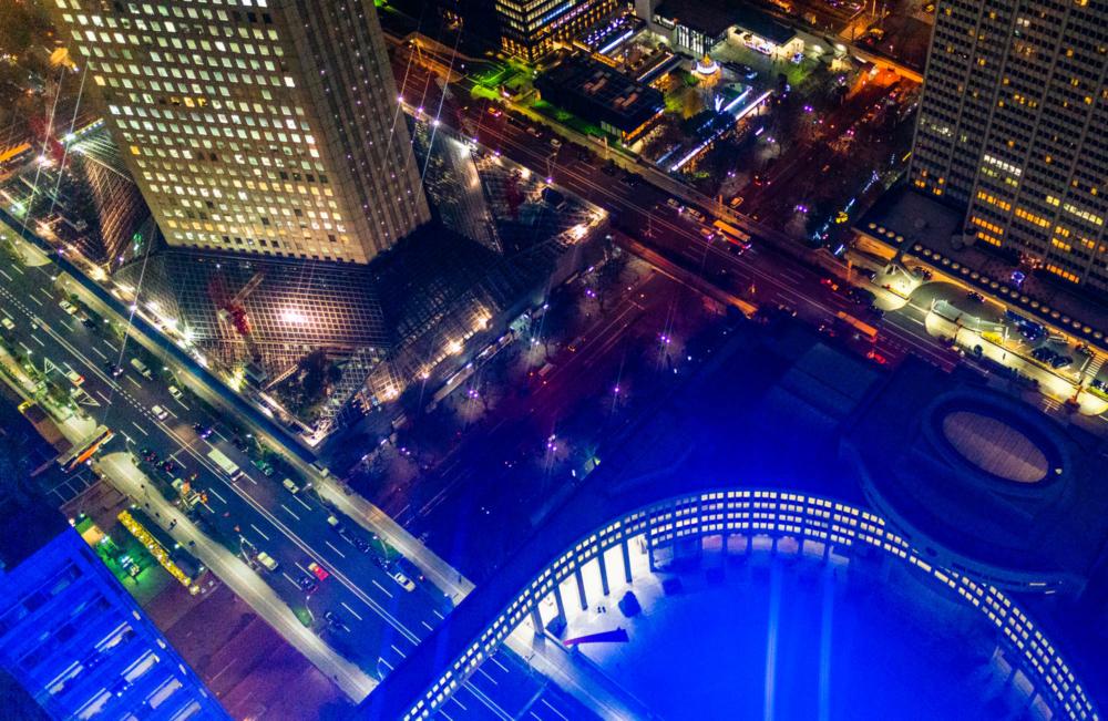 都庁の青いライトアップ
