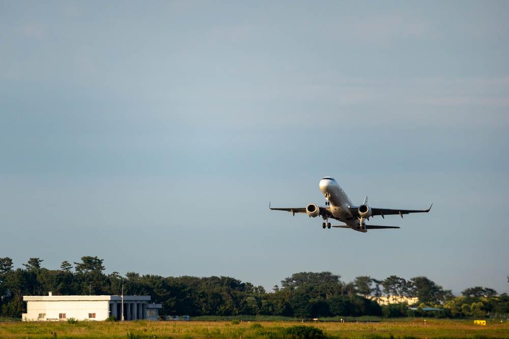 α7ⅲとSIGMA 100-400で撮影した離陸する飛行機